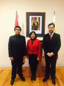 Carlos Diego (izquierda), junto a la Embajadora Ramos Urzagaste (centro).