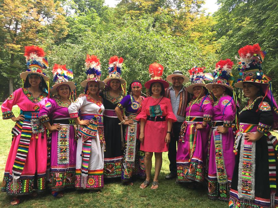 Embajadora Ramos Urzagaste con los grupos de danza