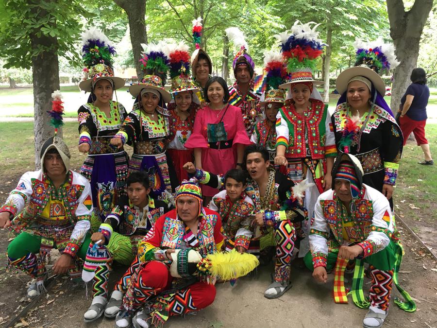 Embajadora Ramos Urzagaste junto a los grupos de danza