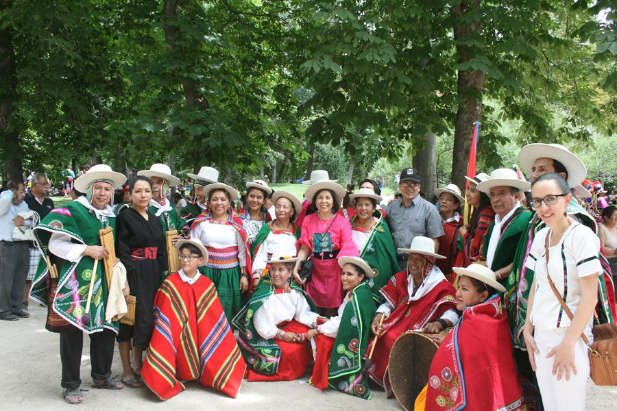Embajadora Ramos Urzagaste junto acompañando a los grupos de danza